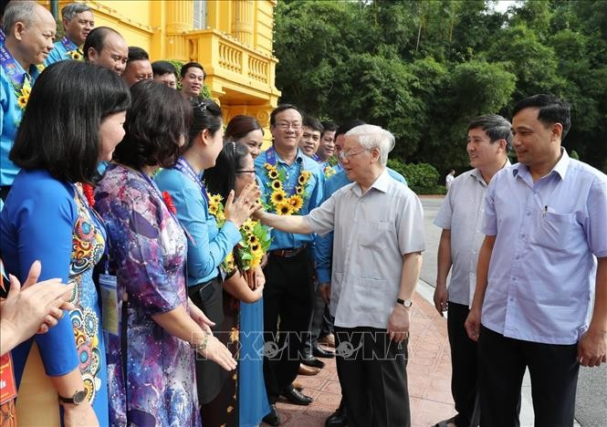 Party leader and President applauds trade unions' contributions to national renewal  - ảnh 1