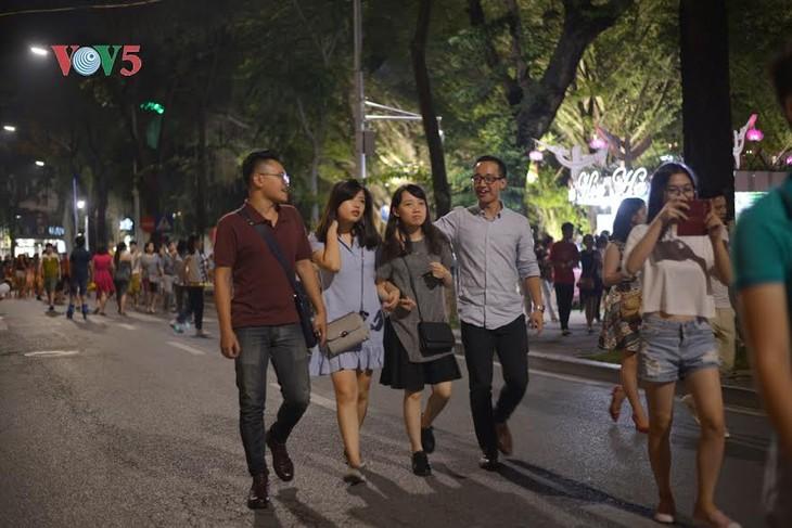河内市民和游客心中的还剑湖步行街 - ảnh 1