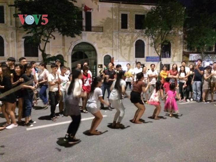 河内市民和游客心中的还剑湖步行街 - ảnh 3