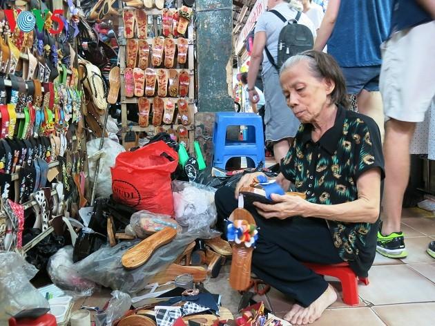 在滨城市场坚守木鞋制作业的阮氏莲大妈 - ảnh 1
