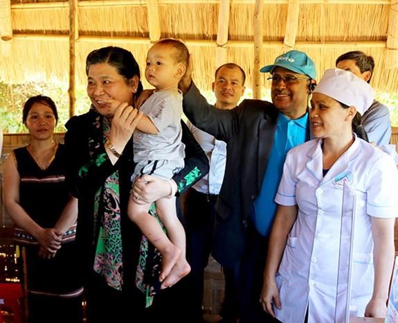 越南国会副主席丛氏放:关心崑嵩省儿童的全面发展 - ảnh 1