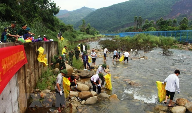 越中两国边民联合开展界河卫生清理工作 - ảnh 1