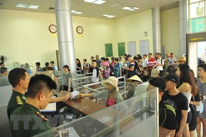 越南芒街与中国东兴国际口岸第一千万个过境人员欢迎仪式举行 - ảnh 1