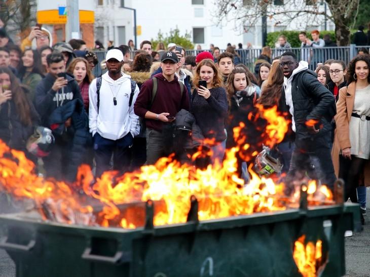 法国警告本周末巴黎发生暴力冲突的可能性很高 - ảnh 1