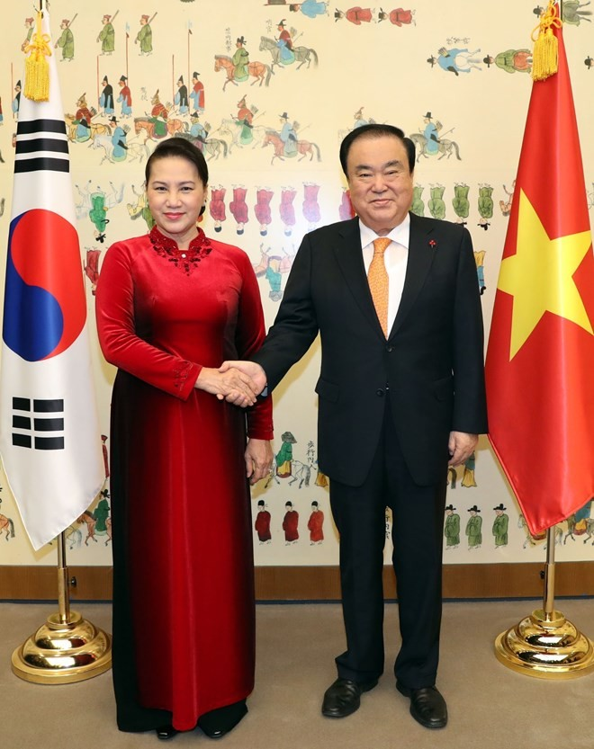 韩国国会议长文喜相与越南国会主席阮氏金银举行会谈 - ảnh 1