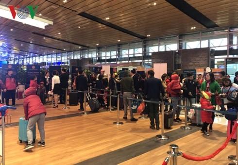越南乘客纷纷使用广宁省云屯机场的服务 - ảnh 1