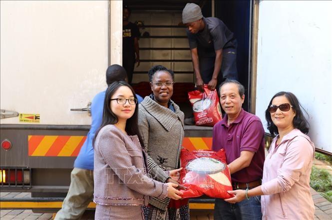 """旅居南非的越南人向津巴布韦灾民克服台风""""伊代""""后果提供救济品 - ảnh 1"""
