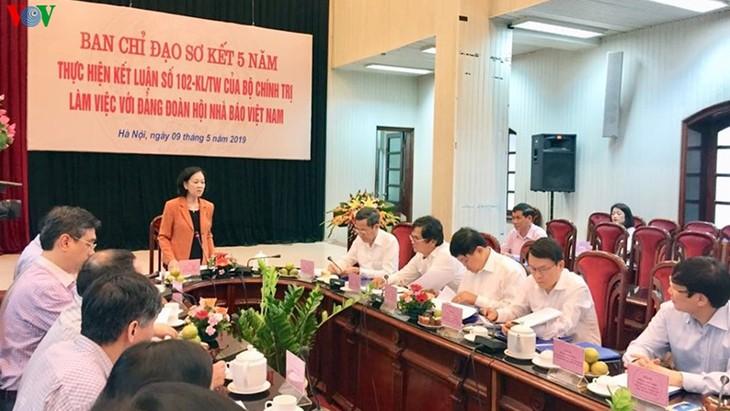 越共中央民运部部长张氏梅与越南新闻工作者协会党组举行工作座谈 - ảnh 1