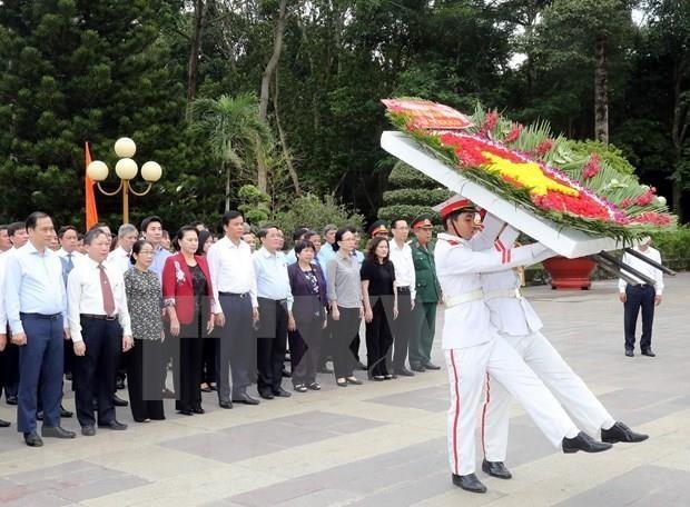 越南国会主席阮氏金银在胡志明市上香缅怀英雄烈士 - ảnh 1