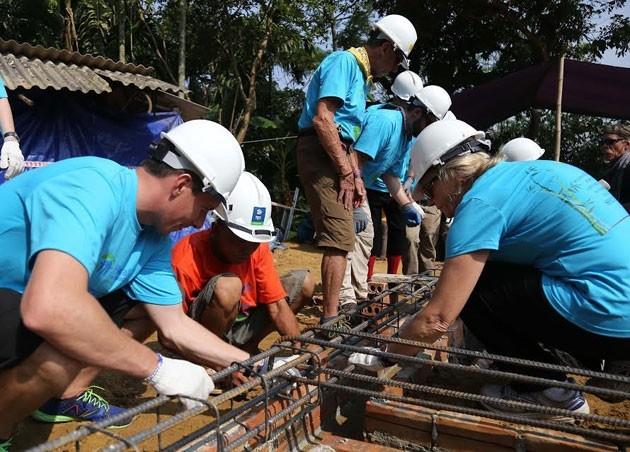 Международные волонтеры содействуют строительству домов для бедных семей в провинции Футхо - ảnh 1