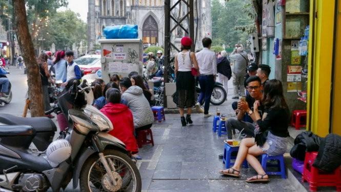 Иностранные туристы дают советы по использованию тротуаров во Вьетнаме  - ảnh 1