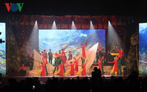 Церемония выражения благодарности за заслуги перед Родиной во время революции на северо-западе СРВ - ảnh 1