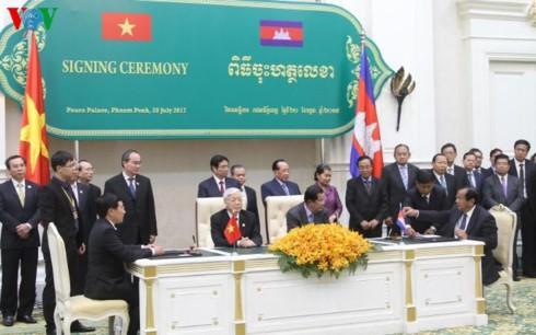 Генсек ЦК КПВ Нгуен Фу Чонг встретился с премьером Камбоджи Хун Сеном - ảnh 1