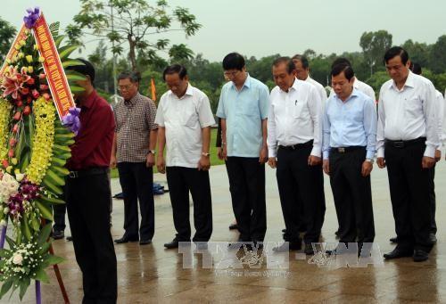 Чыонг Хоа Бинь зажег благовония у монумента вьетнамских матерей-героинь в провинции Куангнам - ảnh 1