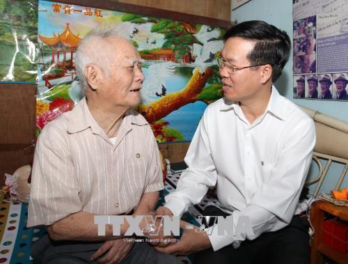 Во Ван Тхыонг прибыл в город Хошимин для поздравления отдельных лиц и организаций с Тэтом - ảnh 1