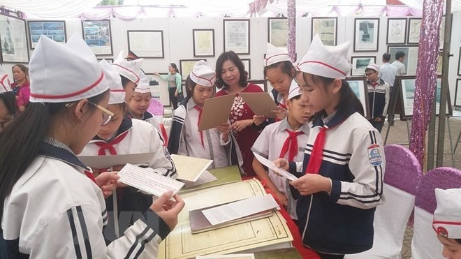В провинции Хоабинь проходит выставка, посвящённая вьетнамским островам Хоангша и Чыонгша - ảnh 1