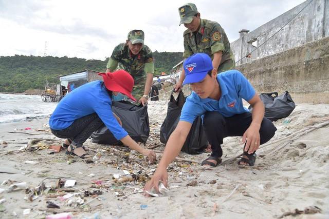 Молодежь дельты реки Меконг участвует в волонтерской кампании по защите моря и островов страны - ảnh 2