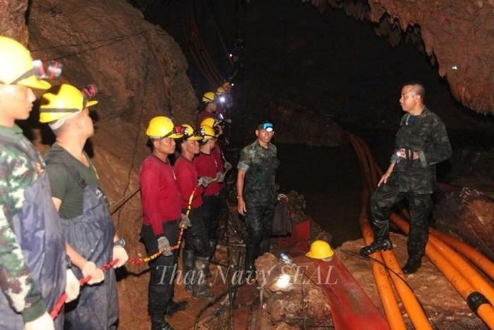 Таиланд возобновил эвакуацию детской футбольной команды из пещеры - ảnh 1