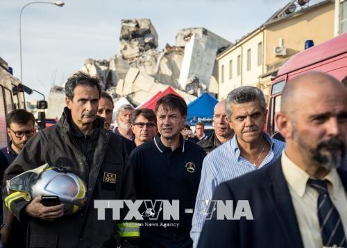 После обрушения моста премьер-министр Италии ввел в Генуе режим ЧП - ảnh 1