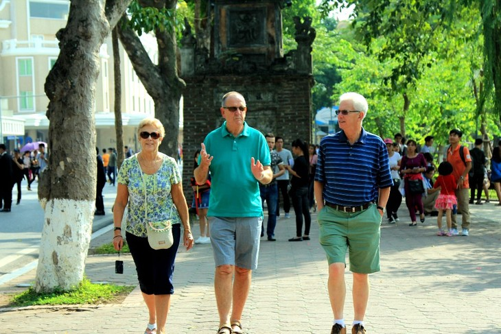 Во Вьетнам приезжает все больше иностранных туристов - ảnh 1