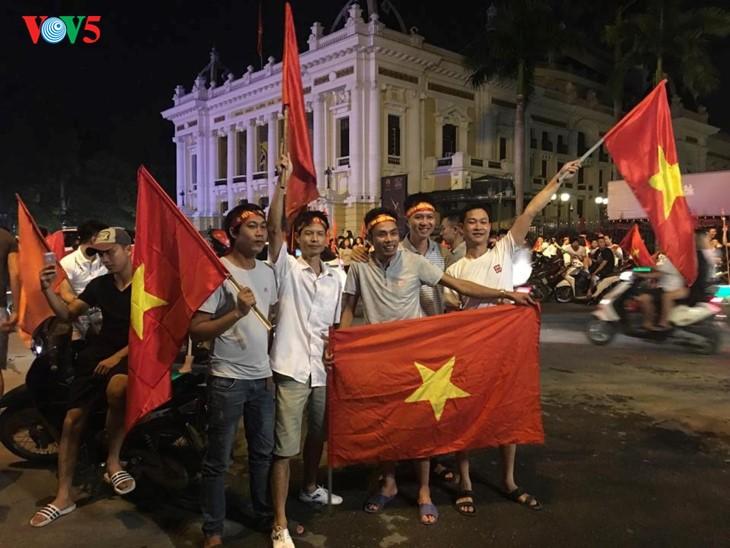 Вьетнамские болельщики воспевают успехи Олимпийской мужской сборной Вьетнама по футболу на АSIAD-2018 - ảnh 1