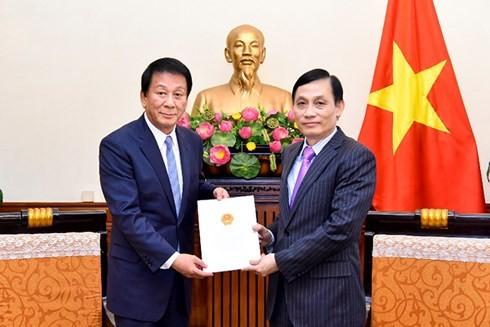 Суги Рётаро вручено решение о продлении полномочий специального посла Вьетнама и Японии - ảnh 1