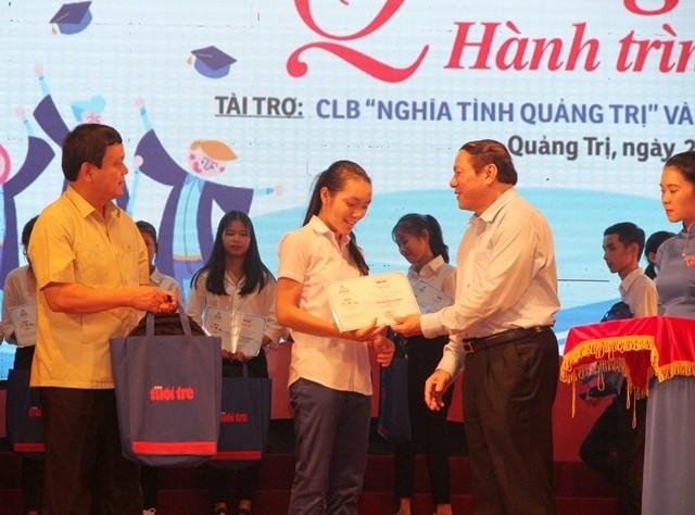 Более 200 стипендий были вручены малоимущим студентам-первокурсникам в дельте реки Меконг - ảnh 1