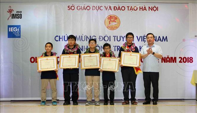В Ханое прошла церемония вручения похвальных грамот школьникам, добившимся отличных результатов на IMSO 2018 - ảnh 1