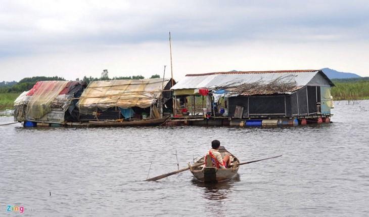 Обучение алфавиту детей, проживающих в домиках на плоту в районе водохранилища ГЭС Чиан - ảnh 3