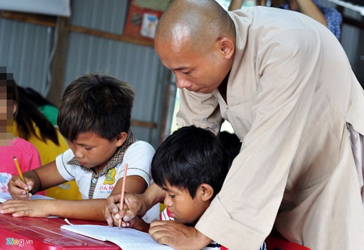 Обучение алфавиту детей, проживающих в домиках на плоту в районе водохранилища ГЭС Чиан - ảnh 1