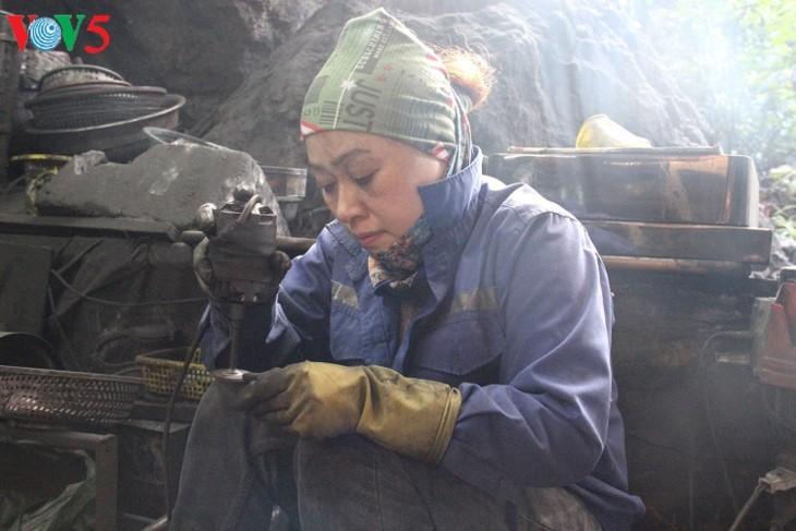 Уникальная угольная скульптура в провинции Куангнинь - ảnh 2