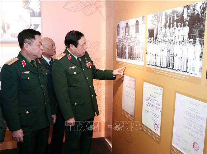 Выставка «Военачальники Вьетнамской народной армии» привлекает многочисленных посетителей - ảnh 1