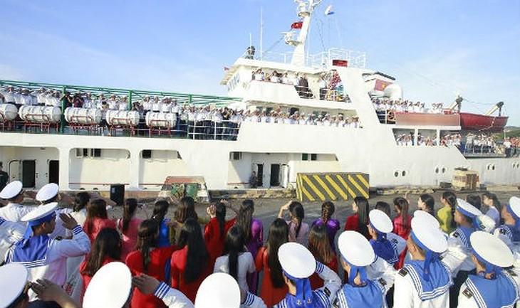 Новогодние подарки согревают сердца жителей и военнослужащих на островах Чыонгша - ảnh 1