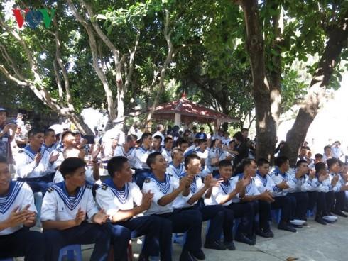 Новогодние подарки согревают сердца жителей и военнослужащих на островах Чыонгша - ảnh 2