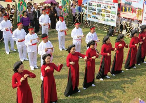 Народное пение «соан» создает особую атмосферу  на празднике Храма королей Хунгов - ảnh 1