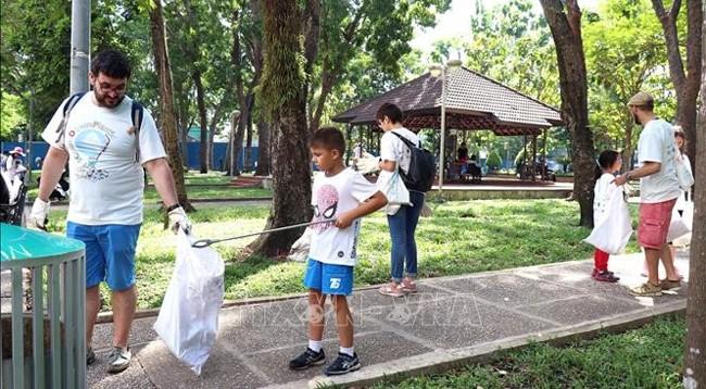 Нгуен Суан Фук призвал к решению проблемы с пластиковыми отходами - ảnh 1