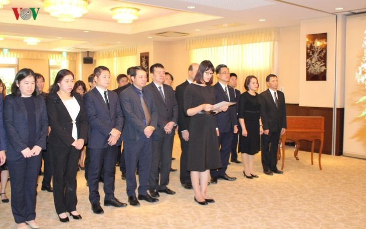 В Посольстве Вьетнама в Японии прошла церемония прощания с бывшим президентом Вьетнама Ле Дык Анем - ảnh 1