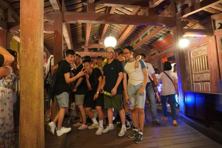 Молодые вьетнамцы-эмигранты посетили город Хойан - ảnh 1