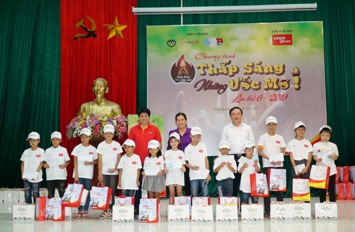 Авиакомпания «Vietjet» проводит программу поддержки детей из малоимущих семей - ảnh 1
