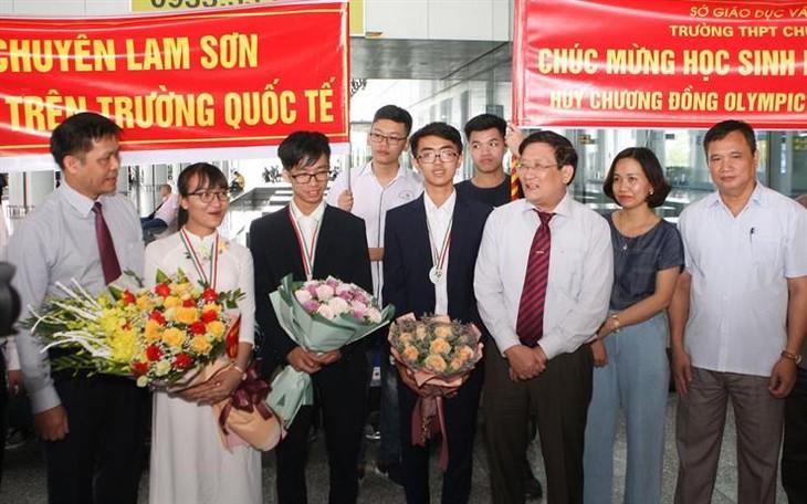 Вьетнамские школьники добились высоких результатов на Международной биологической олимпиаде в Венгрии - ảnh 1