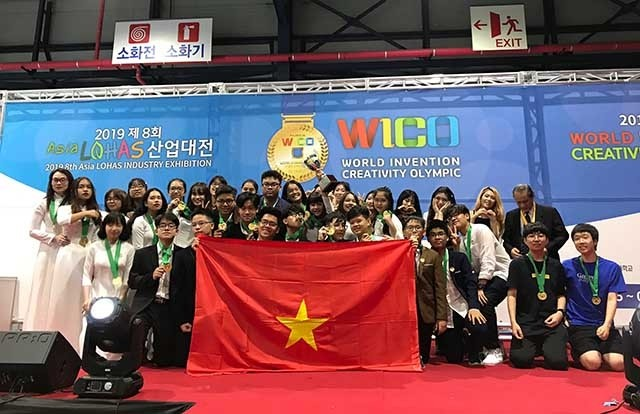Вьетнамские школьники завоевали золотые медали на Всемирной олимпиаде по творчеству и изобретательству - ảnh 1