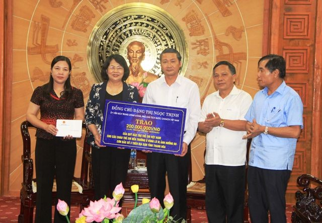 Вице-президент Вьетнама передала подарки  пострадавшим во время недавних наводнений в провинции Тханьхоа - ảnh 1