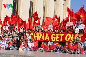 Vietnamese community in France turn to homeland's islands - ảnh 1