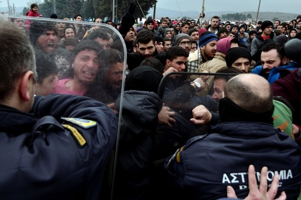 Macedonian police fire tear gas at refugees  - ảnh 1