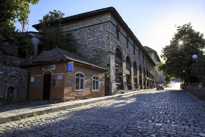 Photo exhibition in Hanoi marks Azerbaijan National Day - ảnh 2