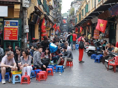 Life in the pedestrian streets of Hanoi's Old Quarter - ảnh 1