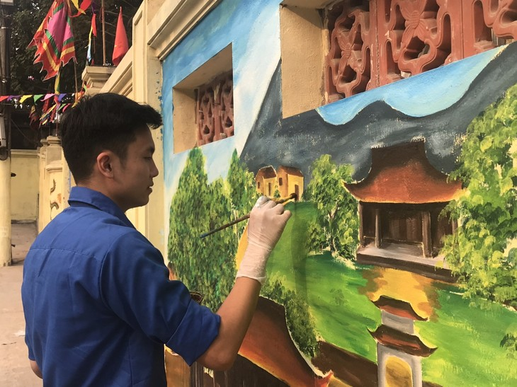 Youth murals promote cultural tradition of Hanoi's village - ảnh 1