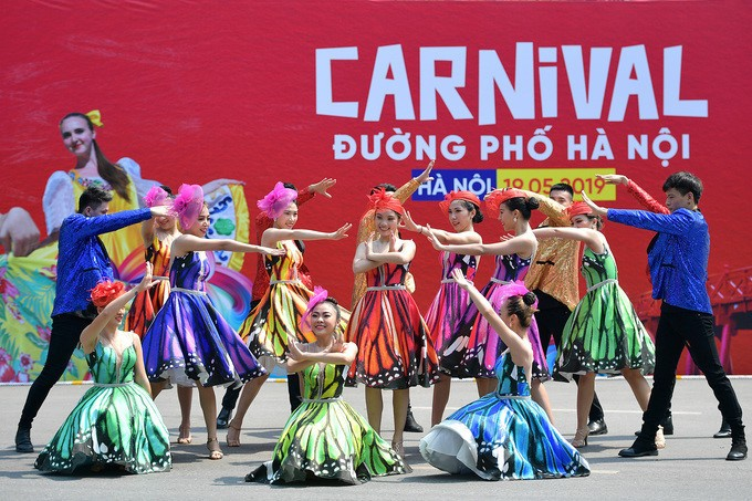 Carnival stirs up pedestrian street in Hanoi - ảnh 6
