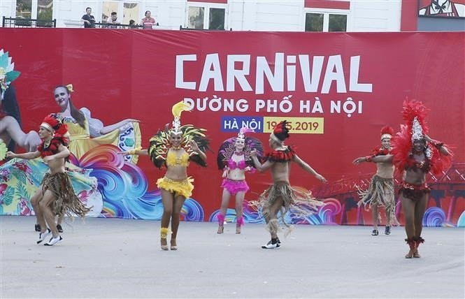 Carnival stirs up pedestrian street in Hanoi - ảnh 9