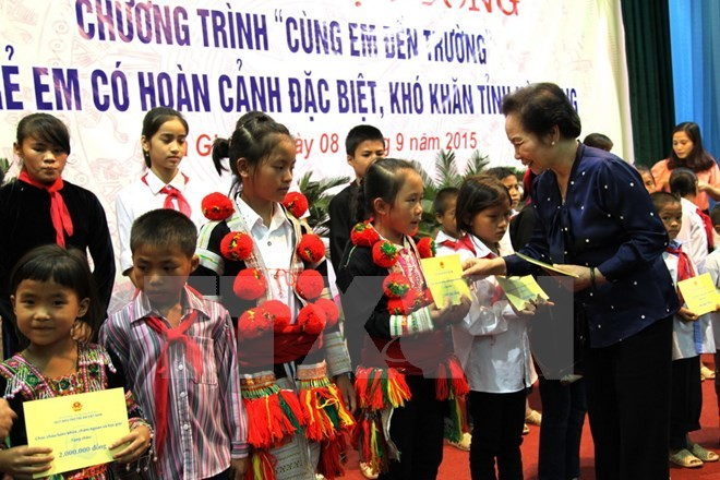 Scholarships granted to disadvantaged children in Ha Giang province - ảnh 1